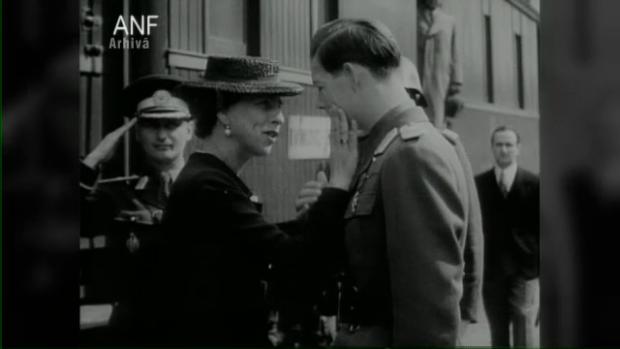 regina-mama-elena-si-regele-mihai-la-gara-jimbolia-1940