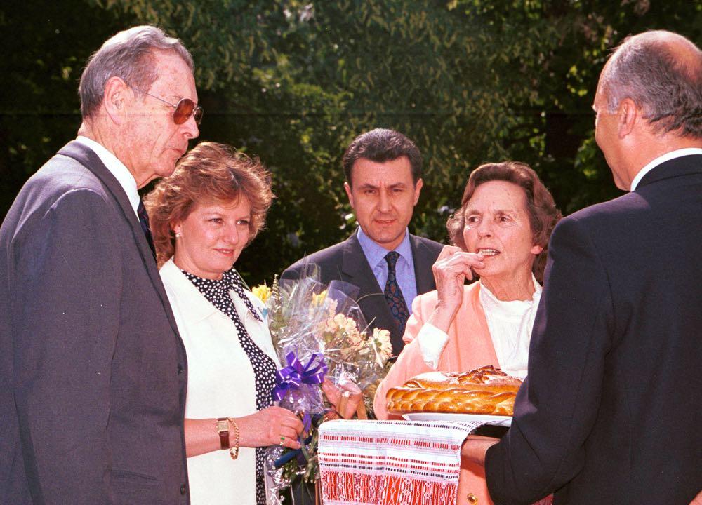 BUCURESTI, ROMANIA: Revenirea in Romania a regelui Mihai I, insotit de regina Ana si de membrii ai familiei regale. In imagine sosirea la Palatul Elisabeta. 28 februarie 2001. Foto ROMPRES/Sorin LUPSA