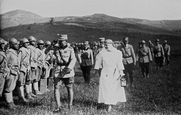 Regele Ferdinand si Regina Maria pe front in timpul Primului Razboi Mondial
